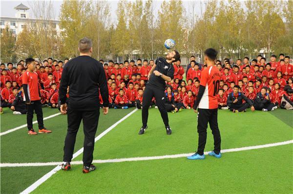 外教在指导孩子训练。
