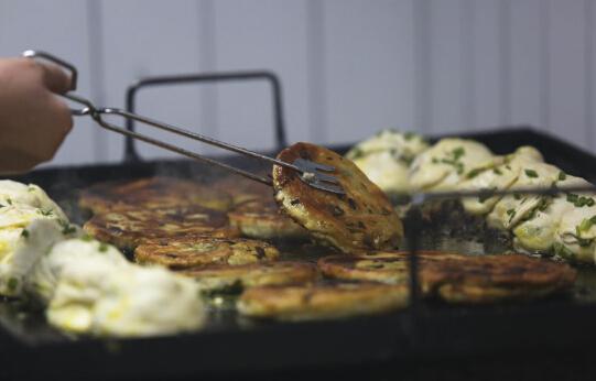 最火葱油饼食客太多堵邻家餐厅入口 食客太疯狂被吐槽
