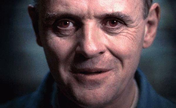 变态、恐怖、虐杀、恶魔甚至是优雅……你能想到所有相关于高智商杀人魔的形容词和压迫感,霍普金斯大叔只用一个表情就做到了……