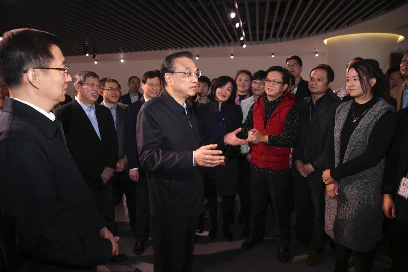 李克强还全面听取了上海自贸试验区改革、开放、创新情况汇报,对三年来上海自贸试验区取得的经验和上海经济社会发展取得的成就予以充分肯定。希望上海认真学习贯彻习近平总书记系列重要讲话精神,勇啃改革硬骨头,挺立创新最前沿,深耕国际大市场,在国家发展大局中更好发挥引领示范作用。