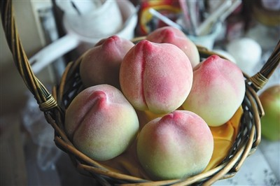 西城区刘秀华的家中,刘秀华制造的蜡果水蜜桃。本版拍照/新京报记者 李飞