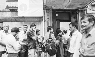 11月8日起,印度废除市面上流通的500卢比(约合7.5美元)和1000卢比(约合15美元)两种旧版高面值货币,以打击腐败和黑钱交易。图为近日印度民众在孟买的一家银行外排队等候办理兑换或取现业务。