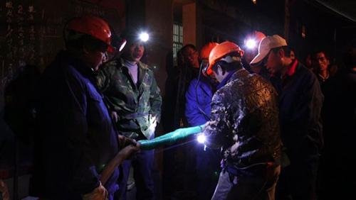 深夜煤矿救援指挥部仍然灯火通明。