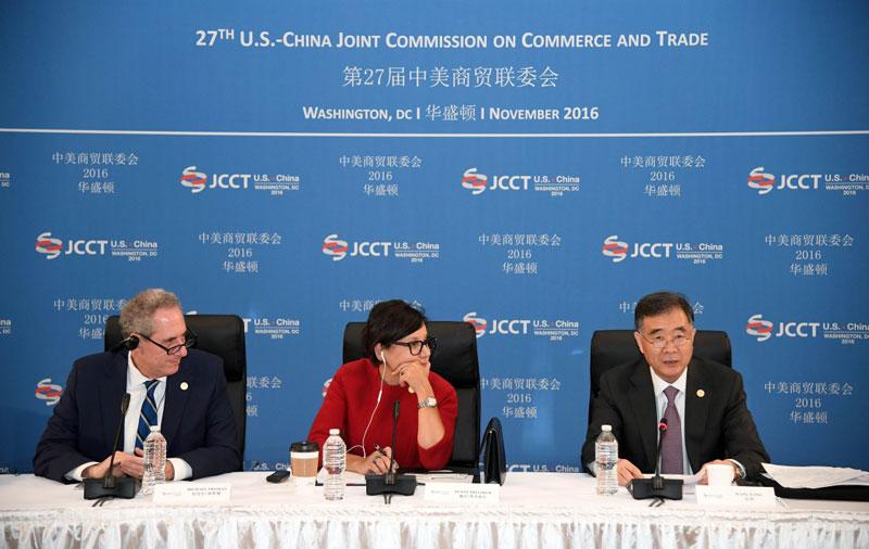 11月22日,正在美国华盛顿出席第27届中美商贸联委会的中国国务院副总理汪洋(右)出席中美企业家圆桌会,就企业面临的新技术挑战、合规经营、兼并重组等议题与中美两国的企业家进行互动交流。美国商务部长普里茨克(中)和贸易代表弗罗曼参加会议。