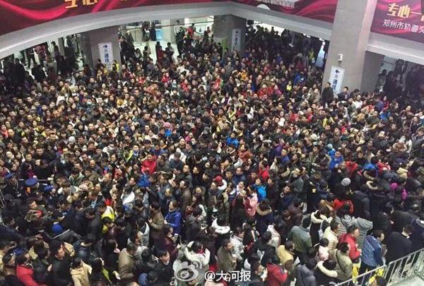 郑州22日遭暴雪,更多市民选择地铁出行,地铁车站如春运现场。(来源 新浪网)