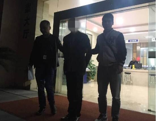 这是11月10日在杭州拱墅区一社区地下泊车库内发作的场景