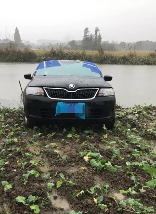 村民马上报了警。接警后,南湖警方立即展开调查,从河中打捞出一具女尸。