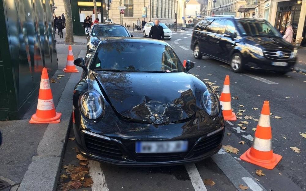 上周五晚,他驱车来到位于巴黎六区圣日耳曼大道的一家酒吧,找了几分钟没找到车位,于是将几乎全新的价值约15万欧元(约合人民币109万)的保时捷停在十字路口旁的出租车车位上,并打开了警示灯。