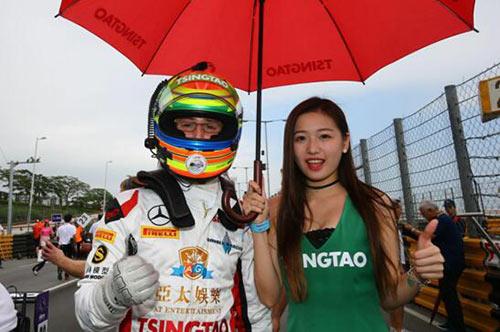 车手亚历山大•西姆斯(图左)与美丽的赛车女郎