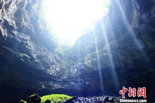 新华网西安11月24日消息,在陕西省汉中南部秦岭造山带与扬子地块结合部位,新发现地质遗迹200余处,其中天坑49处(超级1个、大型17个、常规31个),直径50米至100米的漏斗50余处,洞穴50余处,其他如峰丛、洼地、石林等岩溶地貌景观60余处。
