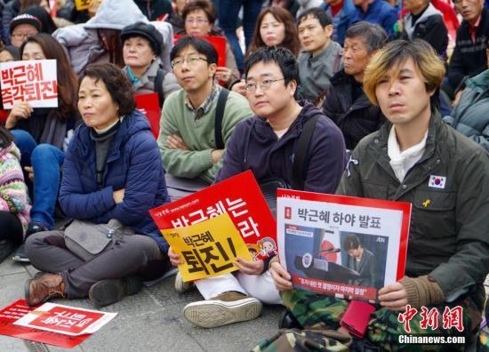 """11月19日,韩国首尔爆发""""亲信干政""""事件后的第四轮大规模集会,示威民众高喊口号,要求总统朴槿惠辞职对该事件负责。 中新社记者 吴旭 摄"""