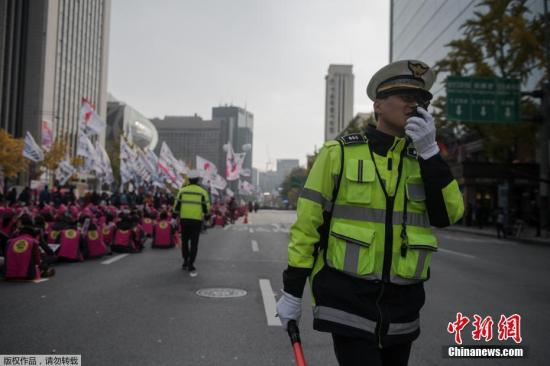 """当地时间11月12日,韩国首尔,韩国超过1500个市民团体在首尔举行第三轮烛光集会,要求朴槿惠下台对""""亲信干政门""""负责。"""