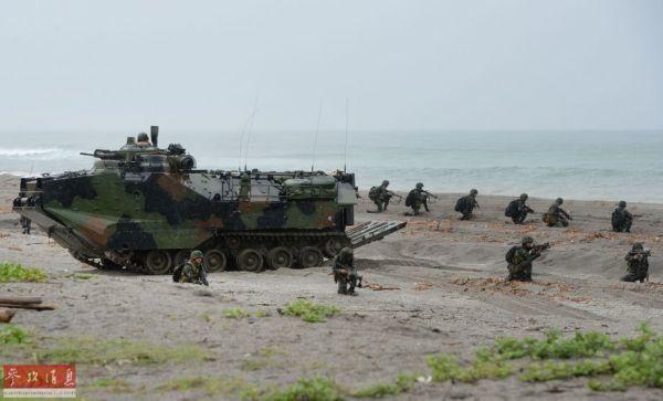 资料图:菲律宾海军陆战队队员在美国两栖登陆战车的掩护下进行海滩突击训练。