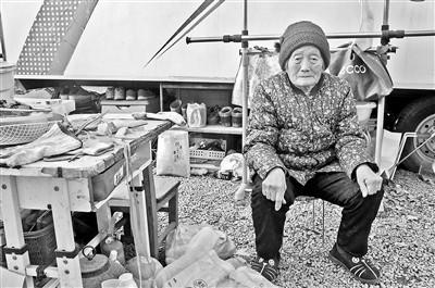 张娜90岁的姥姥也和全家住在30平方米的房车内