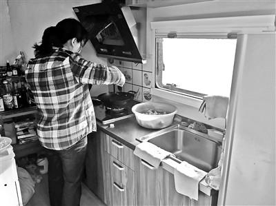 蒋清莲在房车里做饭