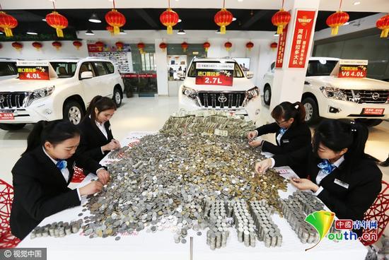 面粉店老板10万枚硬币买豪车 店员数钱数到手抽筋