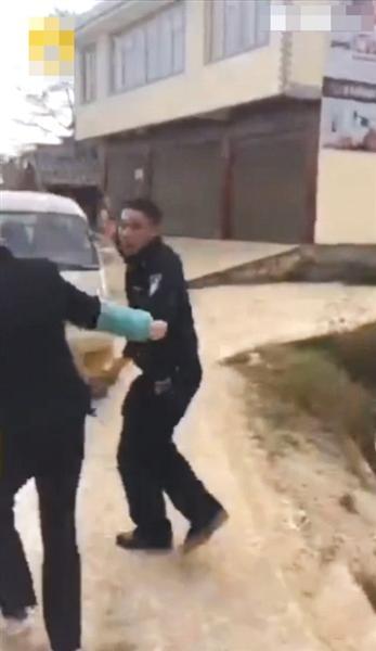 """视频中显示,民警在持枪过程中被人拉扯,并有人高喊""""抢不得""""。视频截图"""