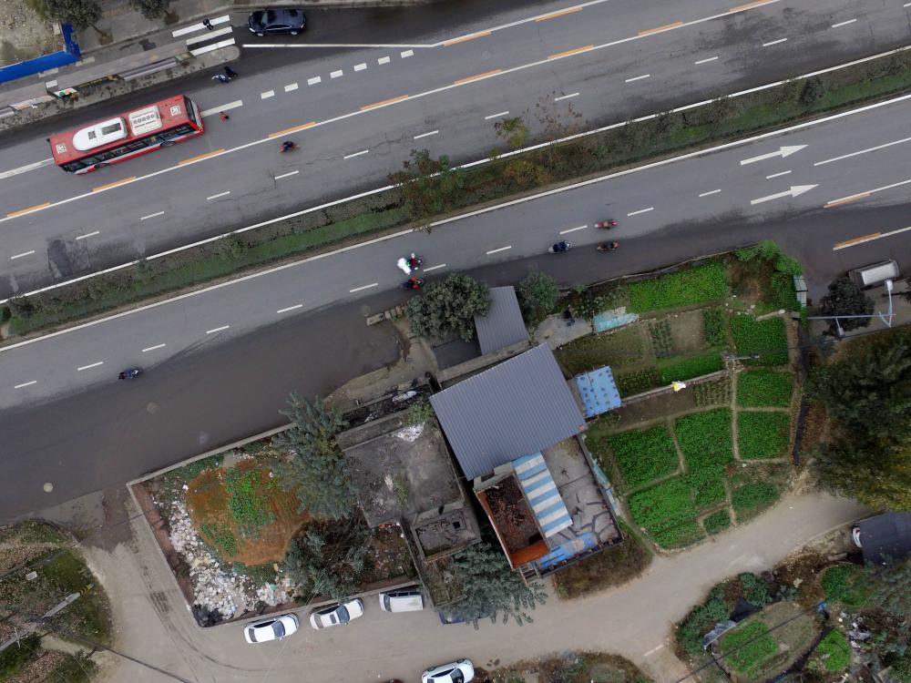 在现场看到:驶入进城方向的车辆到该处时不能不缓解速率,本来三车道的描绘如今只要一条道能偕行,灵活车与非灵活车也共用统一条车道。