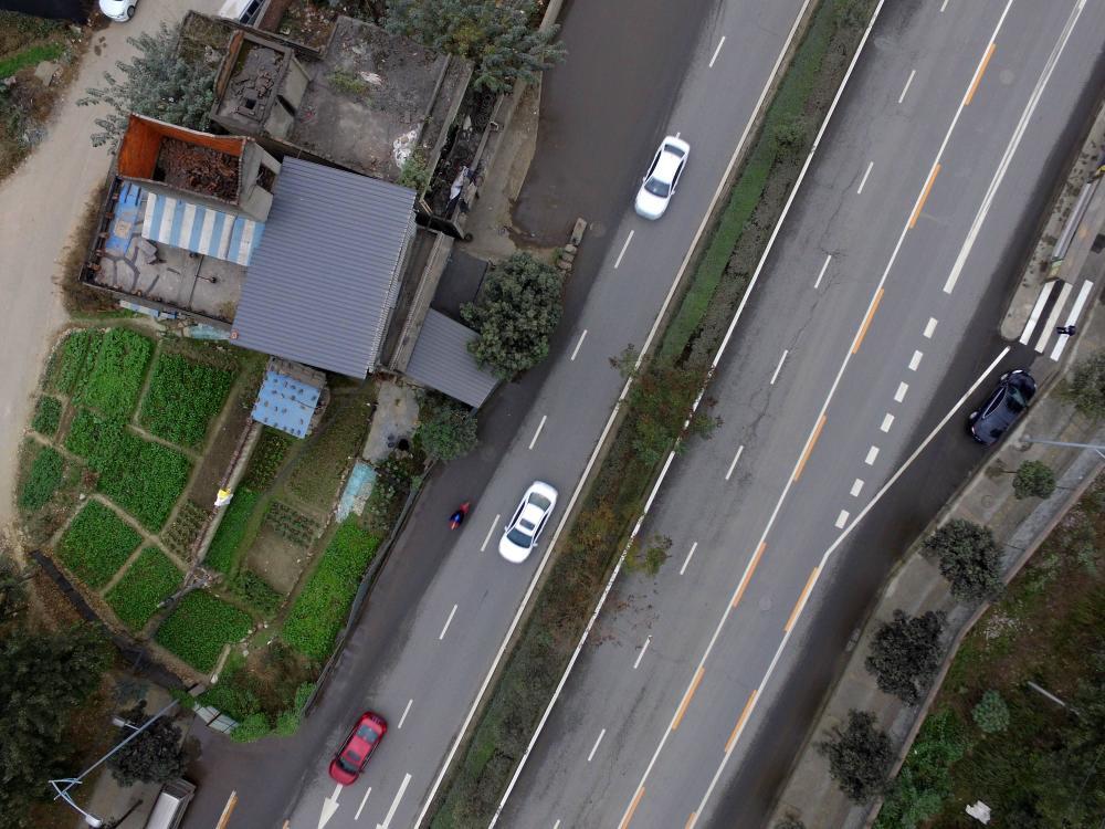 四川成都一钉子户耸立马路中心8年 屡次被车撞