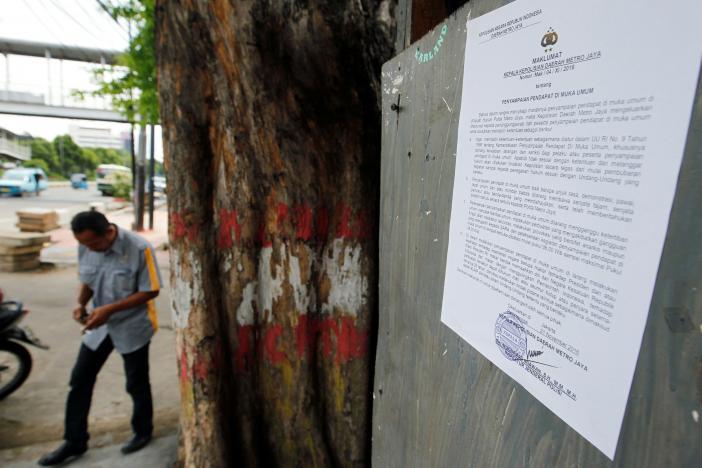 雅加达警方粘贴的正告传单(来历:路透社)
