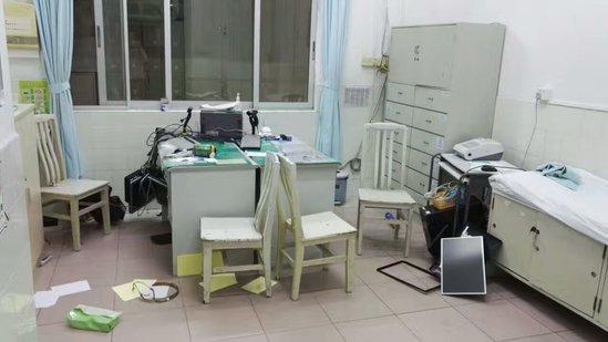 嫌疑人自称楼盘工作人员找写字楼负责人要工钱,争执中被按倒在地,自称肚子不舒服后送医,治疗期间将医院急诊室的设备损坏。 图片来源于网络