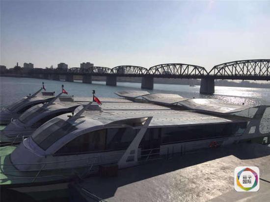 继朝鲜南浦市启用了利用太阳能发电的市内巴士后,首都平壤的大同江边近日又出现了多艘利用太阳能电池板提供动力的太阳能电力船。这些电力船不仅作为通勤船为往来两岸上下班的民众提供方便,还可以作为游览船接待游客欣赏江上风景。