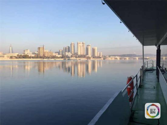 从船上拍摄的大同江西岸风光