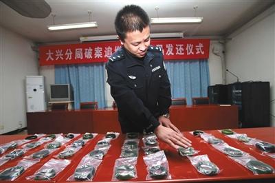 昨日下午,民警将起获的手镯归还失主。警方供图