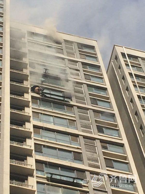 济南草山岭一高层小区发生火灾 现场疏散百余人