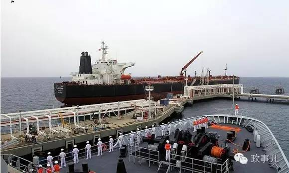 图为中国海军护航编队抵达吉布提港补给休整