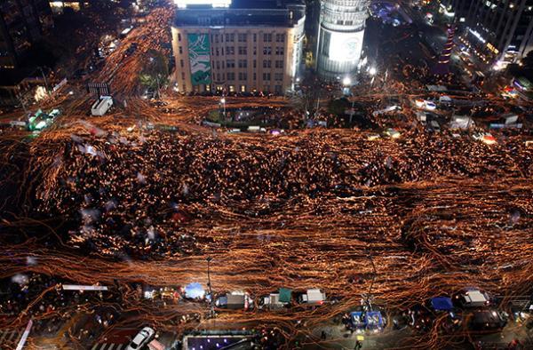 韩国民众26日下午6时在首尔光化门广场举行第五轮烛光集会。