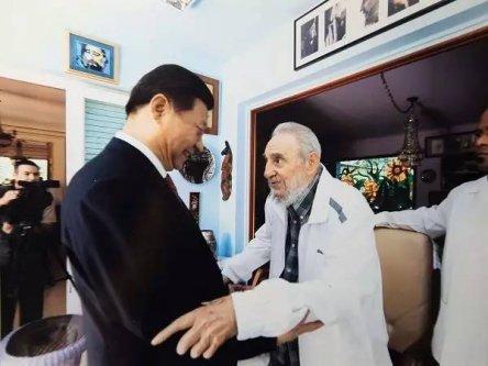 (2014年7月22日,习主席访问古巴期间,看望卡斯特罗)
