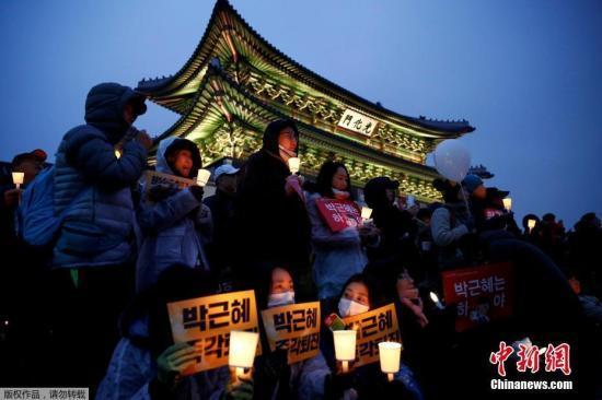 当地时间11月26日,韩国民众举行要求总统朴槿惠下台的第五轮集会。主办方预测此次集会全国将有200万人参加,规模将大于第三轮集会。