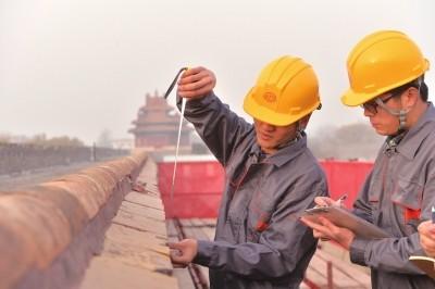 工人正在城墙上测量。
