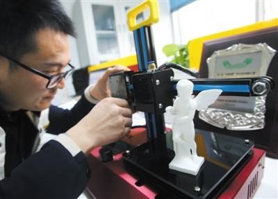 10月13日,燕郊高新区创业中心,3D打印技术创业公司创始人正在操作3D打印机。