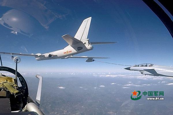 空军2架歼-10战机罕见同时空中加油 画面惊险