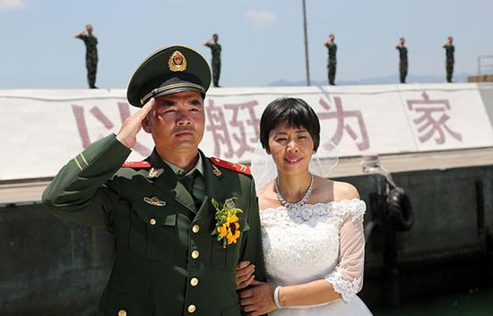部队为李宏彪补办婚礼。