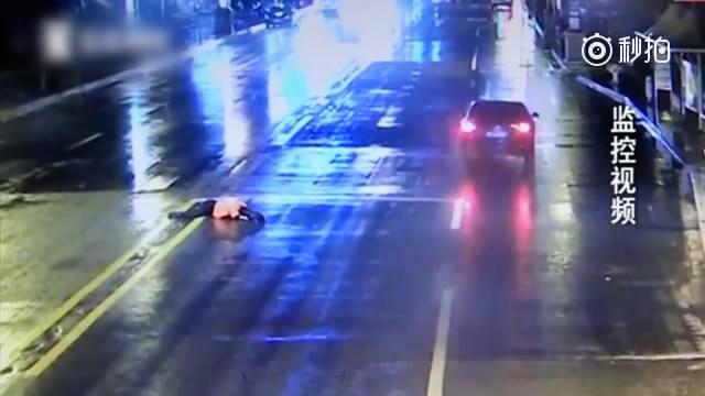 低头族刷微信过马路被撞