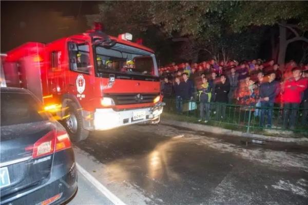 由于路窄车多,消防车很难进入火场核心区。 记者 陈中秋 图