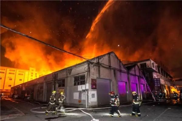 火势蔓延到周边仓库,消防员在现场奋力扑救。 记者 陈中秋 图
