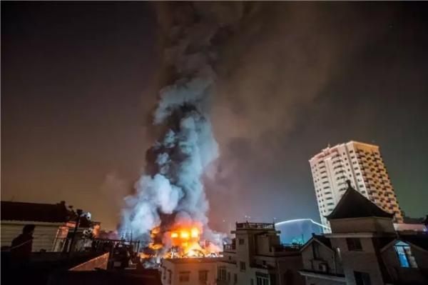 27日晚11点,消防员仍在火灾现场奋力扑救。 记者 陈中秋 图