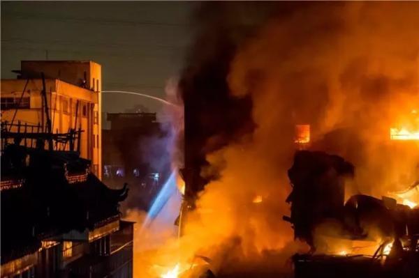 杭州一汽配堆栈发作火警:50余辆消防车出动,暂无职员伤亡