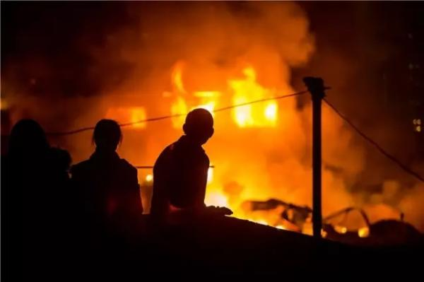 杭州一汽配仓库发生火灾:50余辆消防车出动,暂无人员伤亡