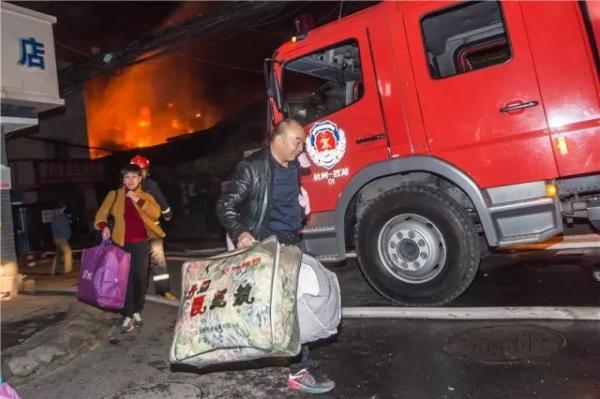 附近居民紧急撤离。 记者 陈中秋 图