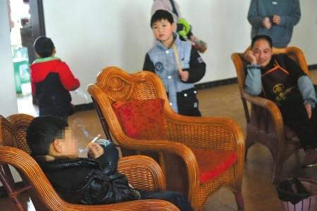 彭州市隆丰镇,无人管理的小雷学会了抽烟喝酒。