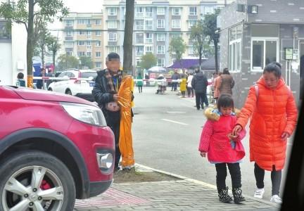 在大街上看到其他小朋友有母亲陪伴,在远处默默观看的小雷露出羡慕的眼神。