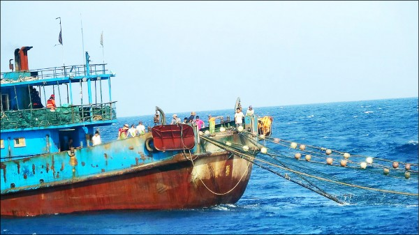"""台媒称,大陆渔船运用滚轮式拖网捕捉。(图像来自台""""澎湖海巡队"""")"""