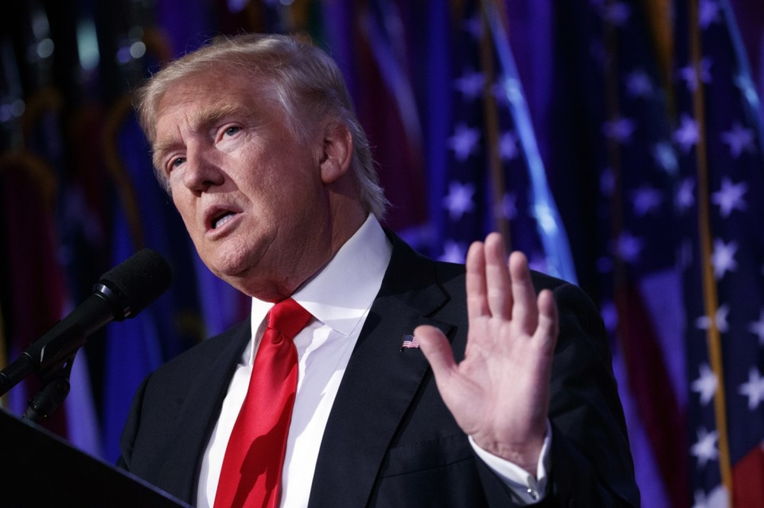 华盛顿邮报称,菲利普斯在证明希拉里通过非法手段获取普选票之前,就发表这类声明是非常奇怪的。他也没有就任何对他的质疑做出回应。   据路透社报道,特朗普在竞选时期就不断声称大选遭到了希拉里方面的操控。投票时,特朗普则表示,希望美国能够团结起来,并且反对他的竞争对手希拉里以及媒体。   而在感恩节时,他则表示希望美国能够开始治愈长时间因为政治斗争而产生的伤痕。   据观察者网报道,根据大选最新计票结果,特朗普和希拉里分别赢得306张和232张选举人票。据悉,密歇根、宾夕法尼亚、维斯康辛三州选举人票数