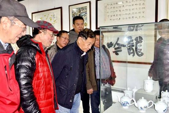 著名摄影家杨元惺与书画印瓷艺大家华奎先生等领导嘉宾参观展览