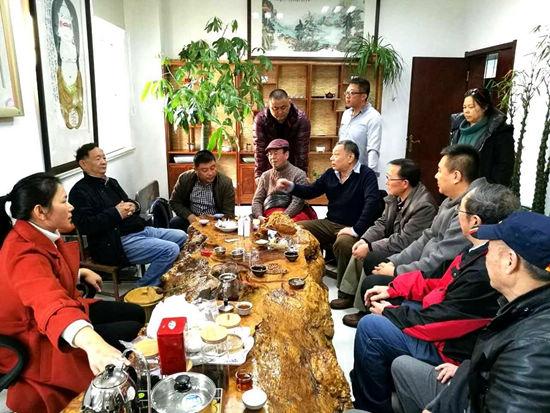 中国艺术摄影学会杨元惺主席和部分参展嘉宾亲切交谈